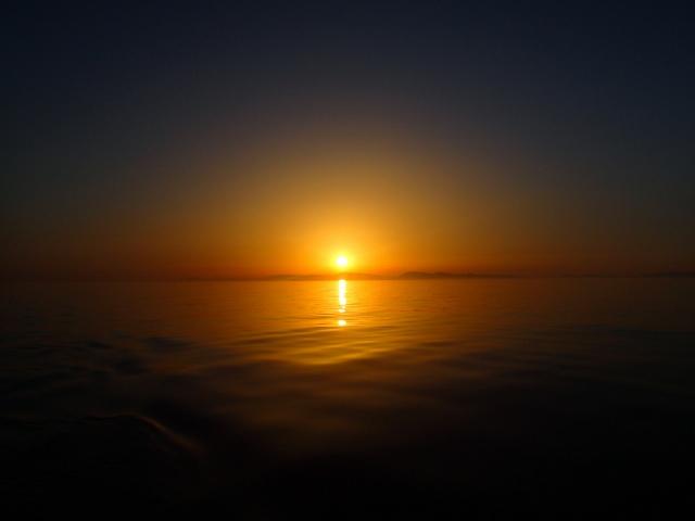 Sonnenuntergang bei perfekt ruhiger See