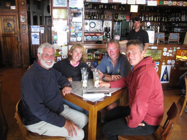 Angekommen - eine sehr glueckliche Crew in Peter Cafe Sport