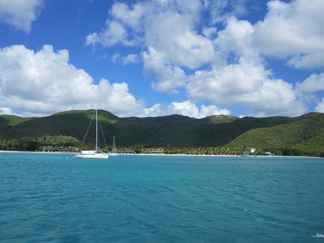 Bucht bei Antigua_es gibt insgesamt 365 auf dieser Insel
