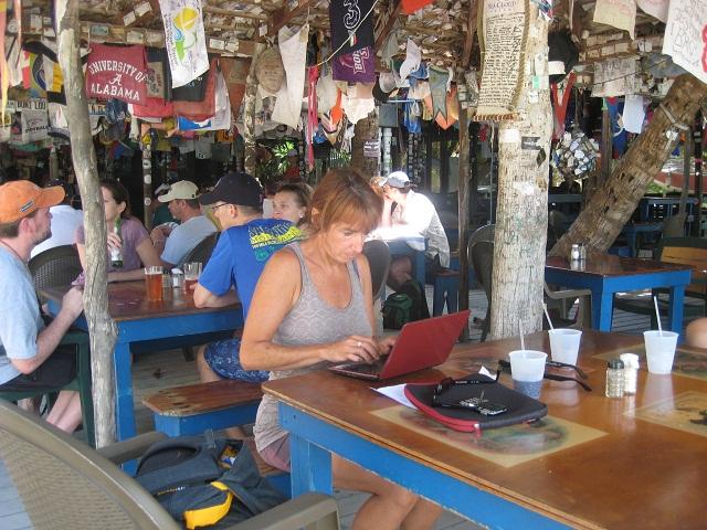 Karin bei der Büroarbeit in Foxys