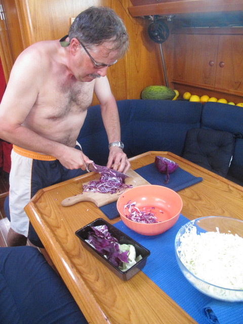 Krautsalat wird zubereitet_lecker auf dem Nordatlantik