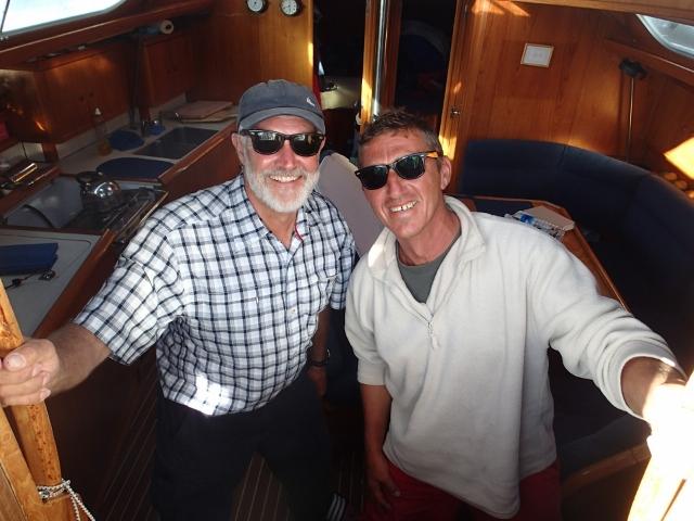 trotz erschwerten Bedingungen gute Laune auf dem Motorboot
