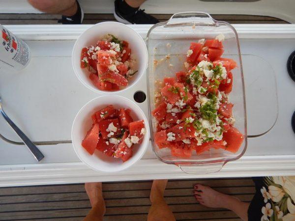Wunderbarer Snack zum Anleger Wassermelone mit Schafskäse, Oliven und Minze