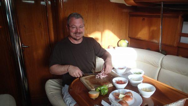 Unser lieber Mitsegler Brian mit Spass bei der Küchenarbeit