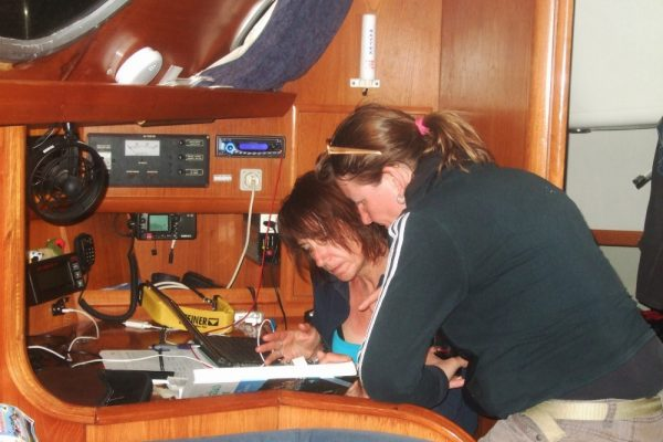 Nadine und Karin bei der Kartenarbeit (Habib Sanna)