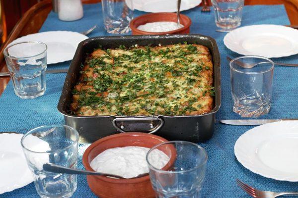 Mhmh, leckerer Gemüseauflauf mit Feta und Parmesan überbacken, dazu frisches Zaziki