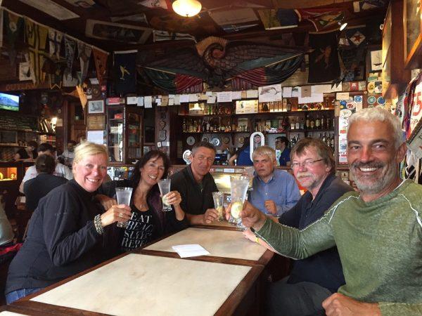 Wir sind wohlbehalten angekommen und die erfolgreichen Atlantiküberquerer feiern in Peter Cafe Sport, der berühmten Seefahrer-Kneipe in Horta