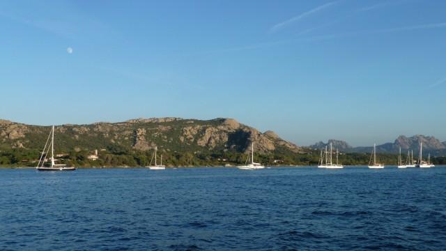 Wir ankern in einer der zahllosen tollen Buchten bei Sardinien