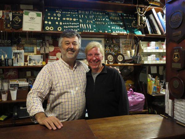 Unsere nun mehrfach Atlantiküberquerin neben dem Besitzer von Peter Cafe Sport, in der 3. Generation im Familienbesitz