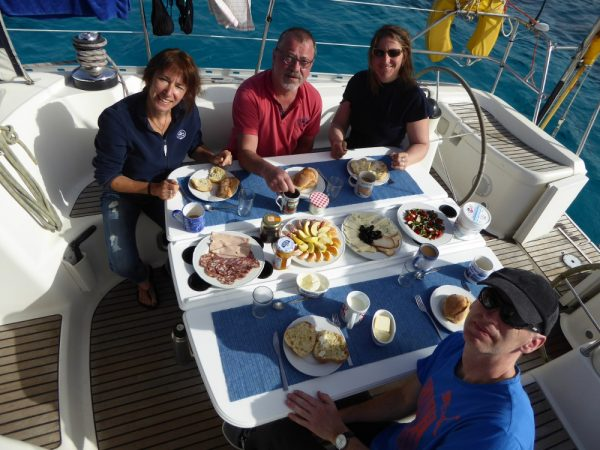 Tolles Frühstück in der Ankerbucht bei Gozo (Habib Sanna)