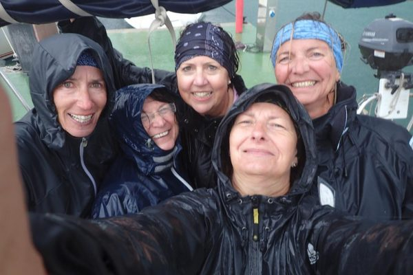 Crewfoto mal anders – Beim letzten Anlegemanöver in Palma erwischt uns ein unglaublicher Regenguss – der Laune tut es keinen Abbruch!