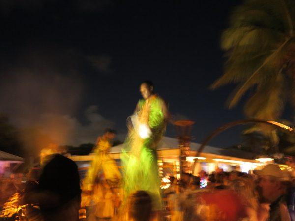 Die berühmten Stelzentänzer bewegen sich mit traumwandlerischer Sicherheit und irrem Tempo über den Strand