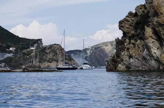 Wundervolle Buchten zum Ankern bei Ponza, Pontinische Inseln
