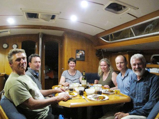 Gemütliches Abendessen an Bord