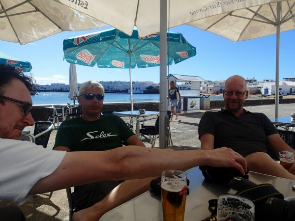 Nach der Überfahrt schmeckt das erste Bier in der Kneipe von La Graciosa besonders