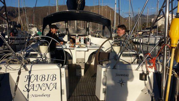 Relaxed im Hafen auf den Kanarischen Inseln