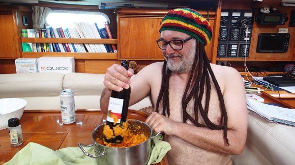 Süßkartoffelpüree (super lecker), in Ermangelung eines richtigen Stampfers muss die Weinflasche herhalten!