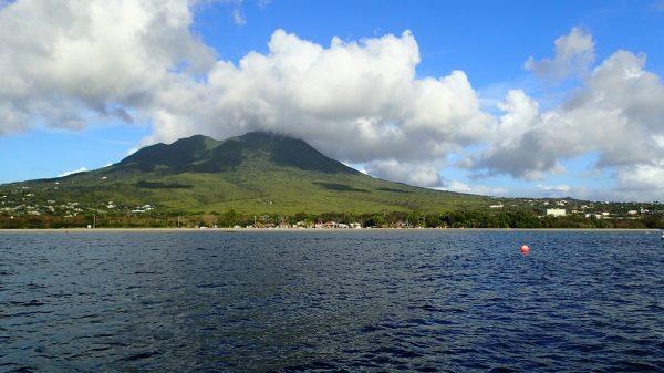 Die Insel Nevis mit ihrem Pinneys Beach und der Sunshine Bar….