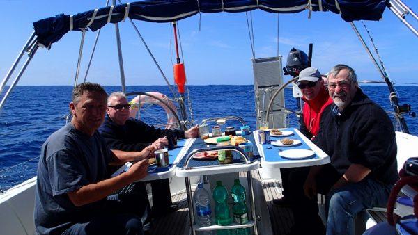 Lecker Frühstück auf ruhiger See und der Autopilot steuert (InsPIRATion)