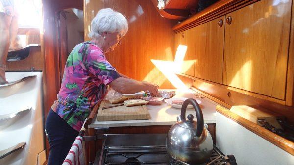 Unsere älteste Mitseglerin Helga (82 Jahre!!) macht Schnittchen für alle – der Seegang macht ihr nichts aus