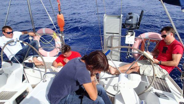 Chilliges Leben auf dem Atlantik, die Crew liest, Karin telefoniert über Satellit