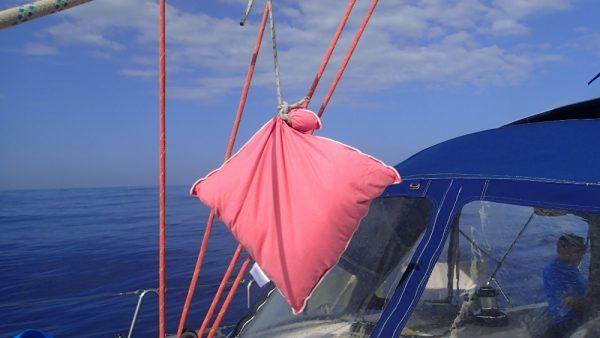 Ein neues Seezeichen! Relaxte Crew in Fahrt, mit Fahrt durchs Wasser