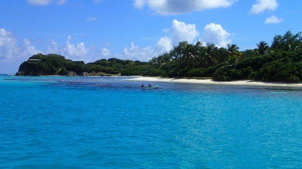 Wir ankern vor einem der vielen karibischen Traumstrände, die Einheimischen fischen