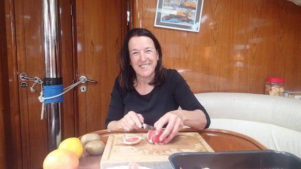 Gisela beim Obst schnippeln