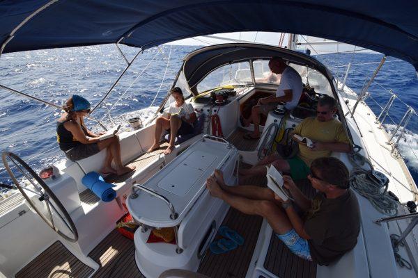 Entspanntes Segeln bei 5 ½ kn, die Crew gibt sich der Literatur hin