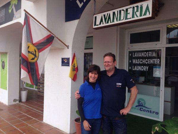 Alex und Udo, die Leiter vom Trans-Ocean Stützpunkt und der Kreutzer Abteilung in Almerimar vor ihrer Wäscherei, die einen immer warmherzig empfangen (InsPIRATion)