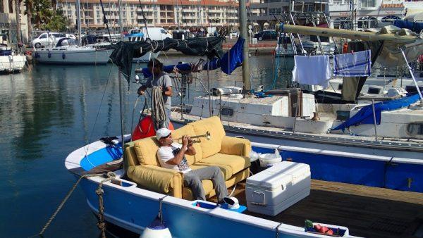 Zwei Spanier haben sich einen alten Fischkutter gekauft, mit Sofa ausgestattet und fahren damit durch das Mittelmeer (InsPIRATion)