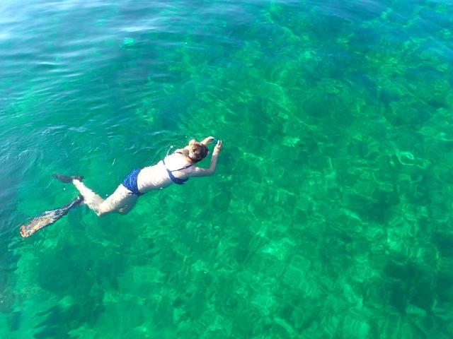 sie will ein Fisch im Wasser sein im-flaschengrünen tiefen See.