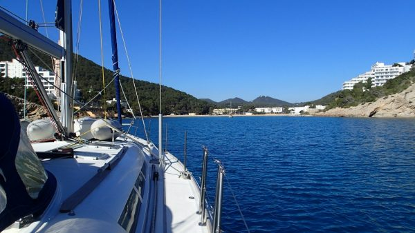 Ankommen in Ibiza – in der Vorsaison hat man die Ankerbucht noch für sich alleine (InsPIRATion)