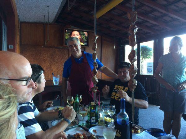 Beim Ausflug in Madeira gibt's die typischen Fleischspieße