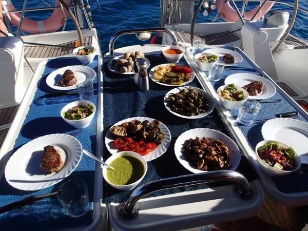 Kanarische Tapas an Bord mit leckeren hausgemachten Mojos