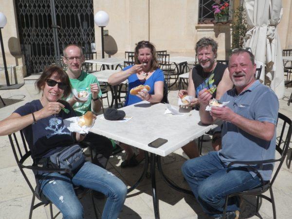 Die Crew genießt das Eis im Brötchen – eine Spezialität von Syrakus (Habib Sanna)