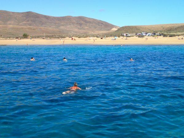 Sommer bei Lanzarote – ein Bad im Atlantischen Ozean im November
