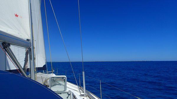 Blauer Himmel, blaue See, am Horizont Barbuda