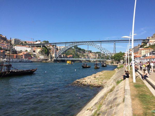 mit Blick auf die wundervolle Brücke