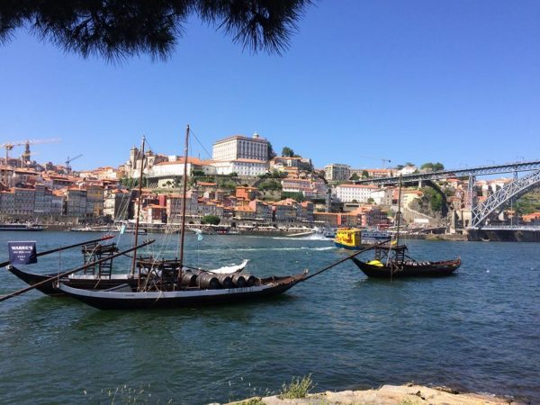 Die historischen Portwein-Schiffe bilden eine tolle Kulisse