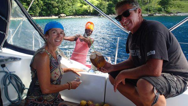 """Der """"fruit man"""" kommt zu uns ans Boot und wir kaufen Kokosnüsse"""