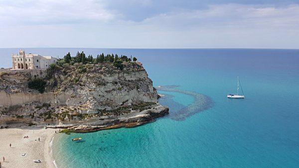 Herrliche Nachsaison – wir liegen als einzige Yacht in dem wundervollen Wasser vor Tropea