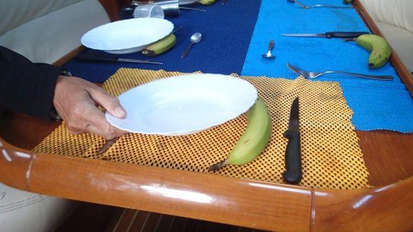 """Beim Abendessen geht nichts mehr ohne """"Krängungsbanane"""", nur so steht der Teller halbwegs gerade"""