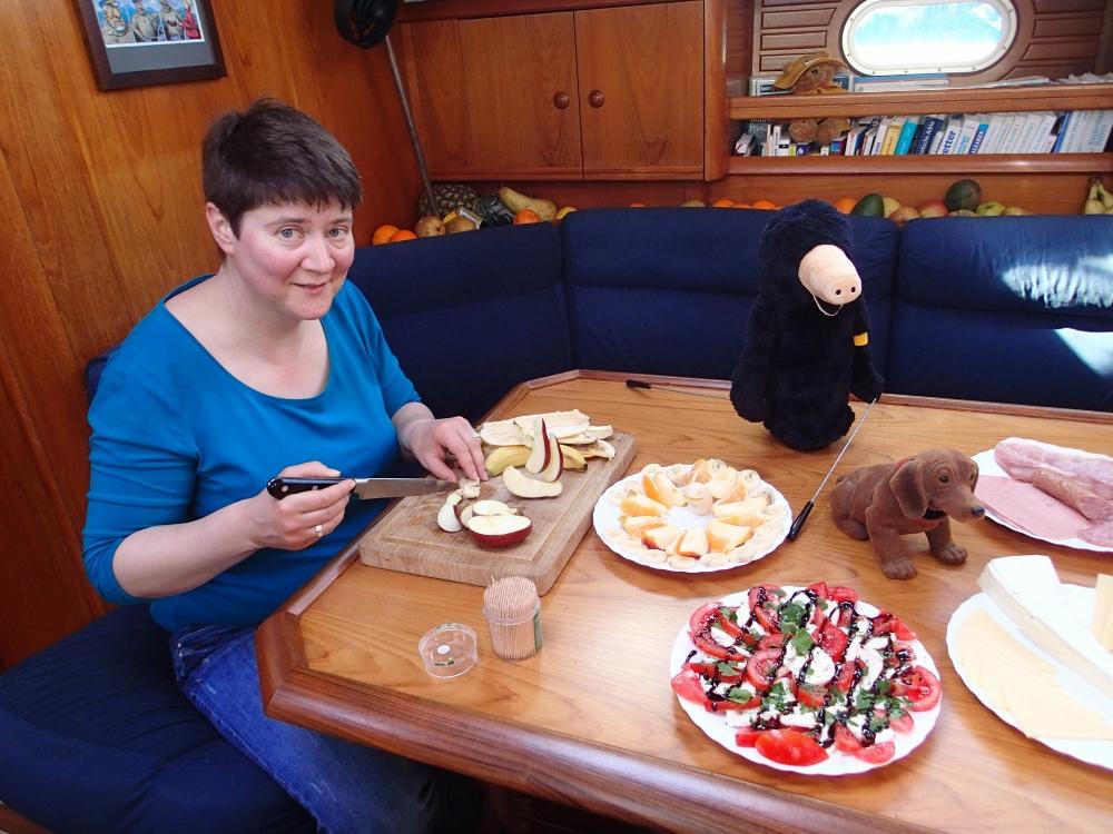 Unsere Freundin Uli schnitzt wieder mit Hingabe maritime Obstteller