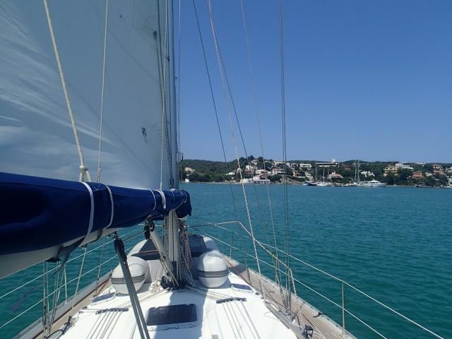 Wir kreuzen unter Segel durch die Bucht von Mahon, dem zweitgrößten Naturhafen