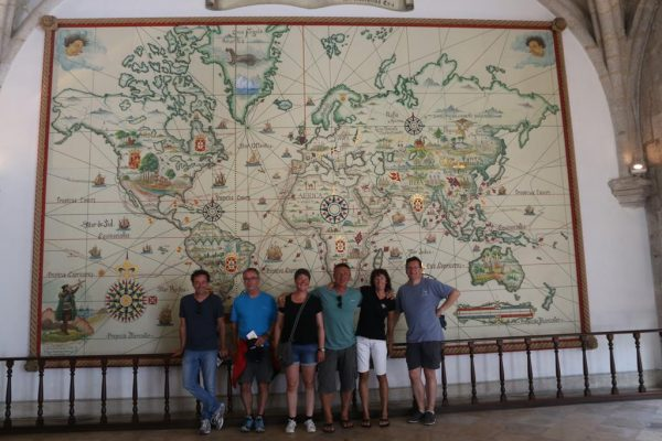 Crewfoto im Maritimen Museum in Belem vor der Karte der portugiesischen Entdeckungsfahrten