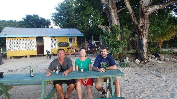 kurz vor Sonnenuntergang noch ein Drink am Strand