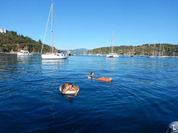 Badespaß in der Bucht von Porto Azurro auf Elba