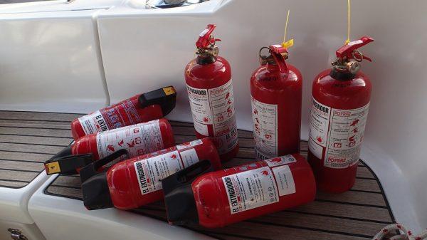 Unsere Feuerlöscher und die Rettungsinsel sind frisch gewartet, wir sind vorbereitet!