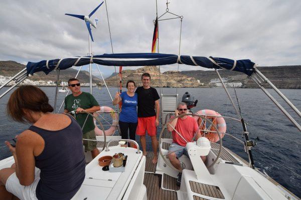 Puerto de Mogan liegt achteraus, letzte Telefonate werden geführt und sms verschickt